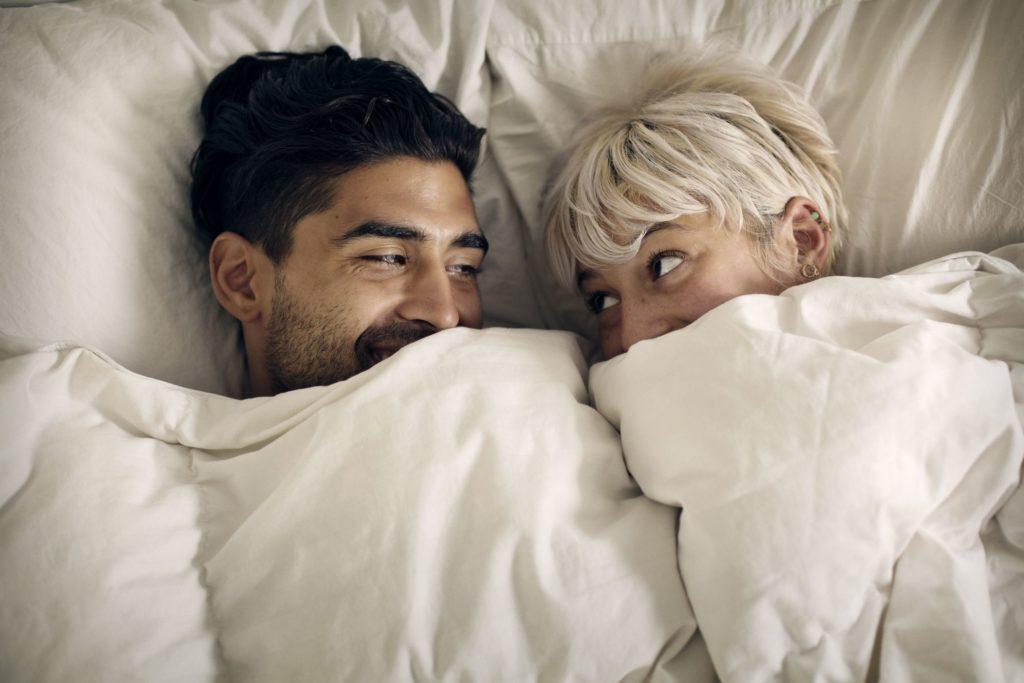 Sexo no frio: 10 dicas indispensáveis para uma transa quentinha e gostosa
