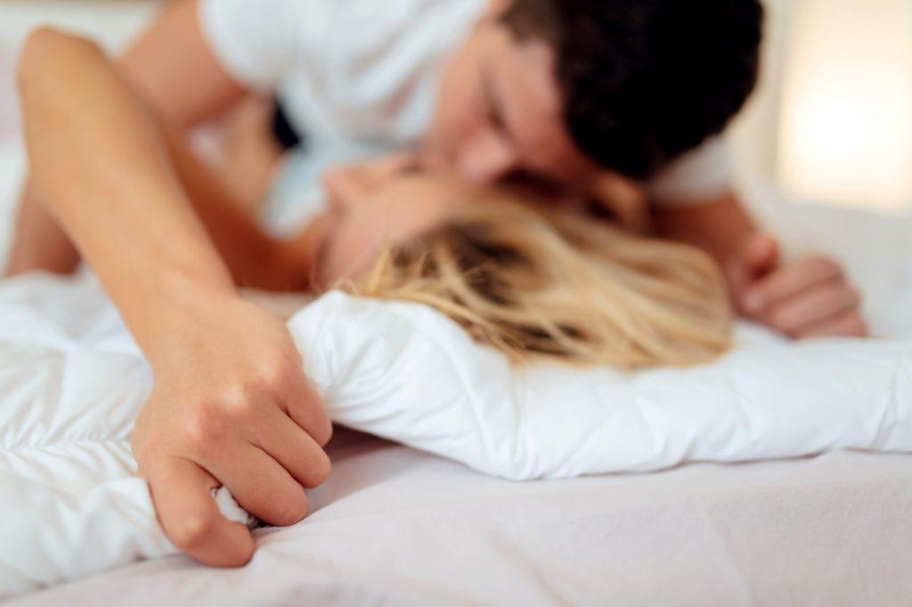Deixe o seu parceiro nu e aqueça-o dando-lhe uma massagem sensual com óleo quente durante o sexo no frio!