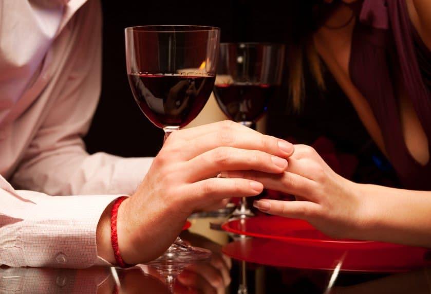 Linguagem corporal masculina em um jantar romântico