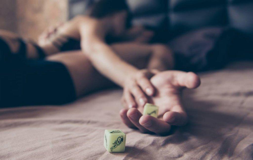 Brincadeiras picantes com dado erótico