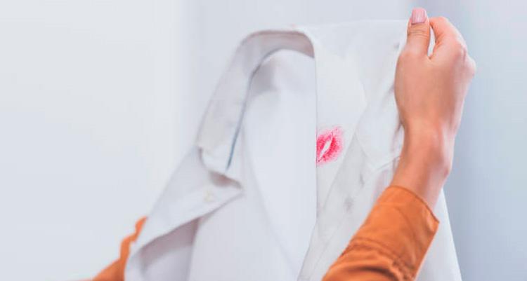 Marca de beijo em camiseta branca revela traição