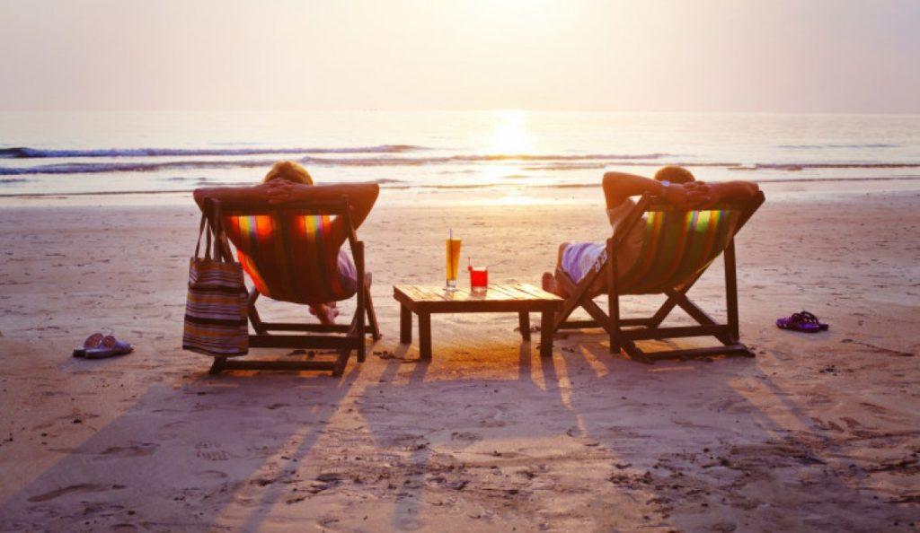 Casal tranquilo e seguro na praia