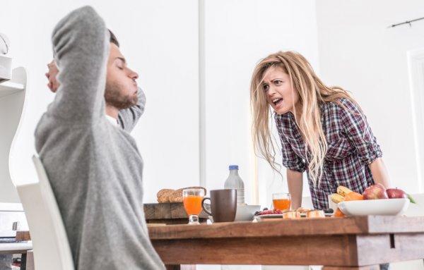 Casal inseguro discutindo a relação.