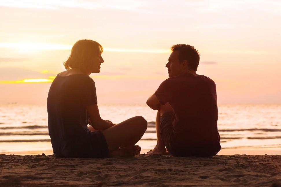 casal conversando tranquilo e seguro na praia
