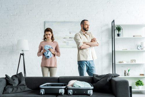 casal em crise arrumando as malas para a separação