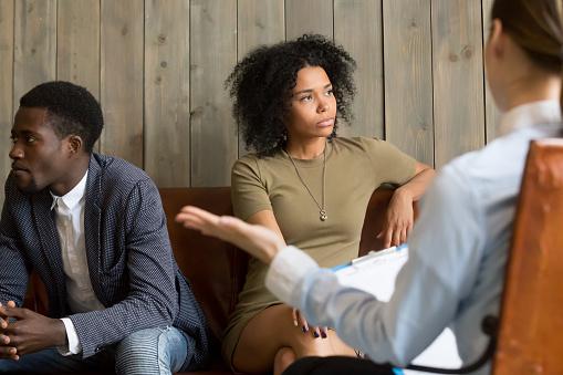 Casal se desentende durante a terapia de casais