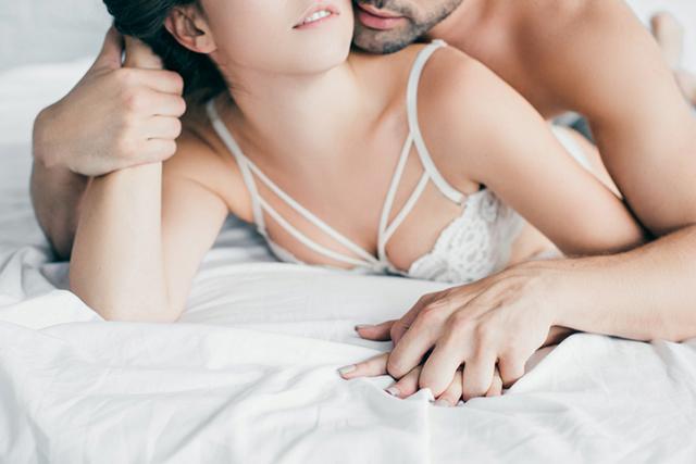 Casal na cama se preparando para o sexo, sem medo de cometer erros na hora do sexo.