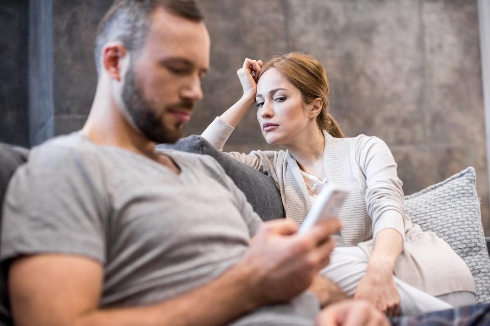 catia pompoarismo mulher insegura olhando celular do marido