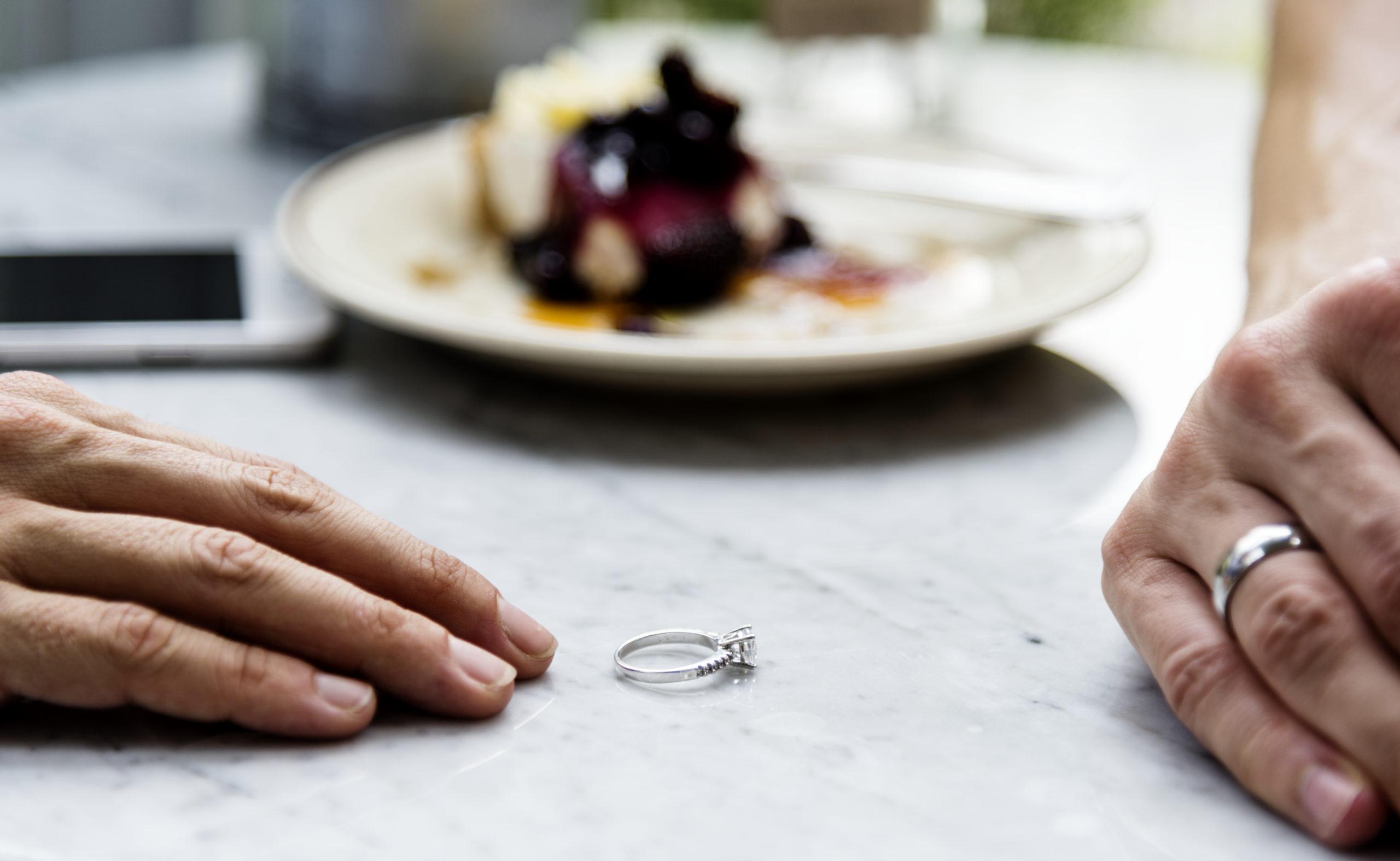casal em crise tirando aneis de casamento