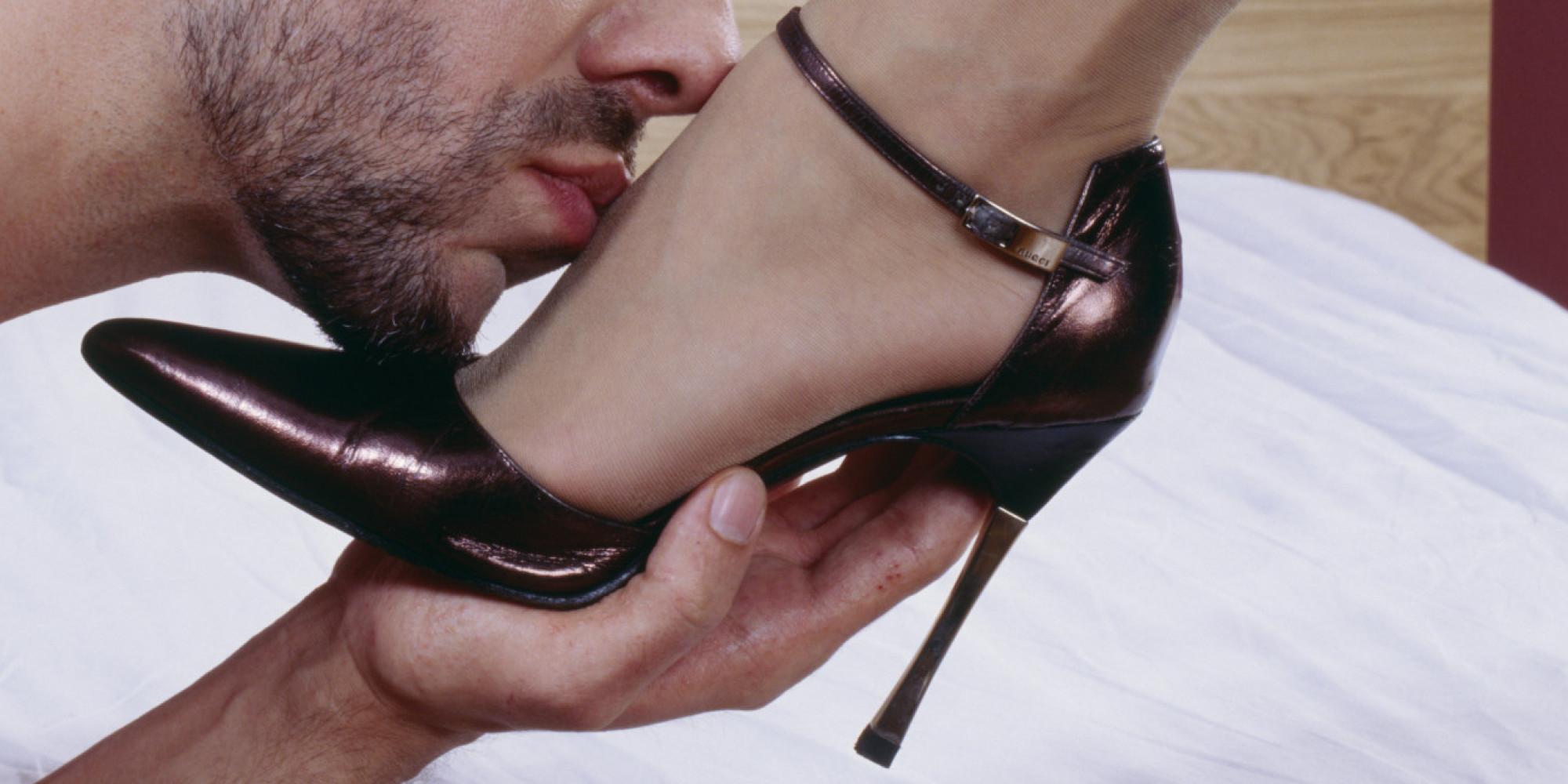 раб лижет обувь и авто госпоже