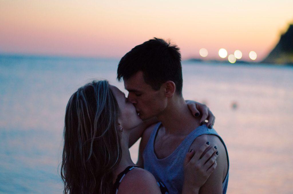 Como dar um beijo com pegada em um homem - os melhores beijos envolvem todo o seu corpo, não apenas os seus lábios!