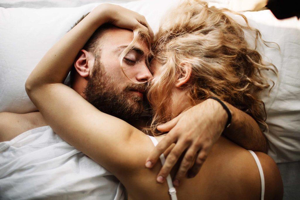 Antes de estimular o ponto G masculino, converse com seu parceiro.
