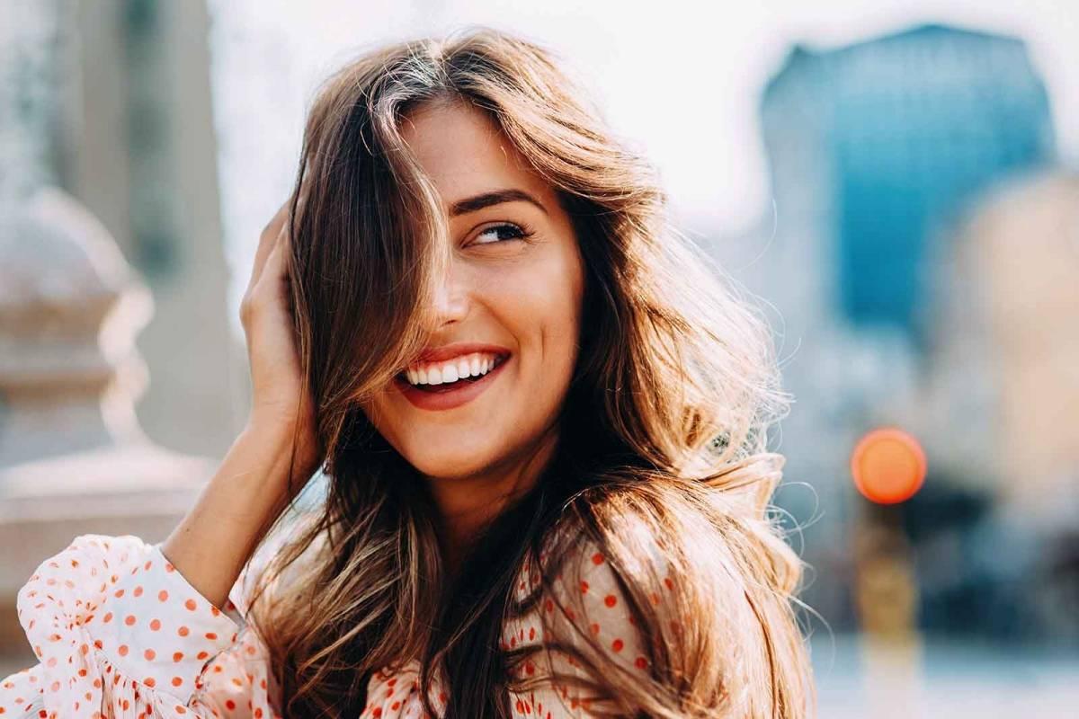 Resultado de imagem para mulher feliz
