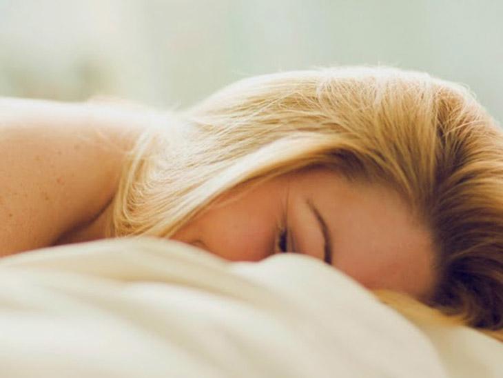 mulher feliz na cama