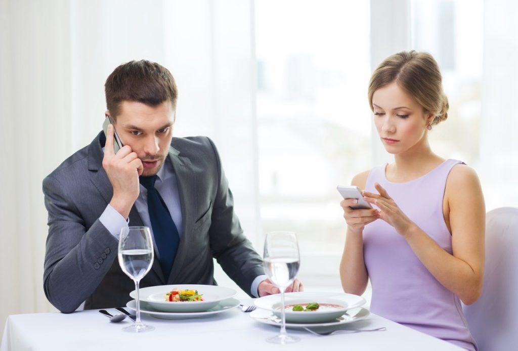 O phubbing vem do hábito de olhar o celular constantemente.