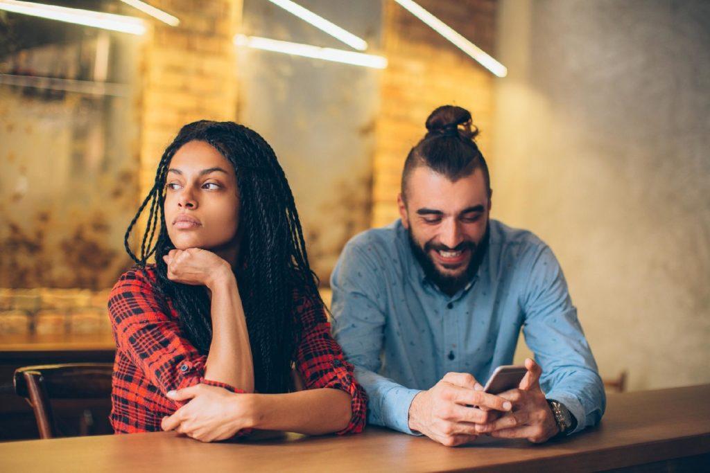 Phubbing é o ato de ficar tão, mas tão grudado no celular que você sequer se dá conta de que tem alguém ao seu lado.