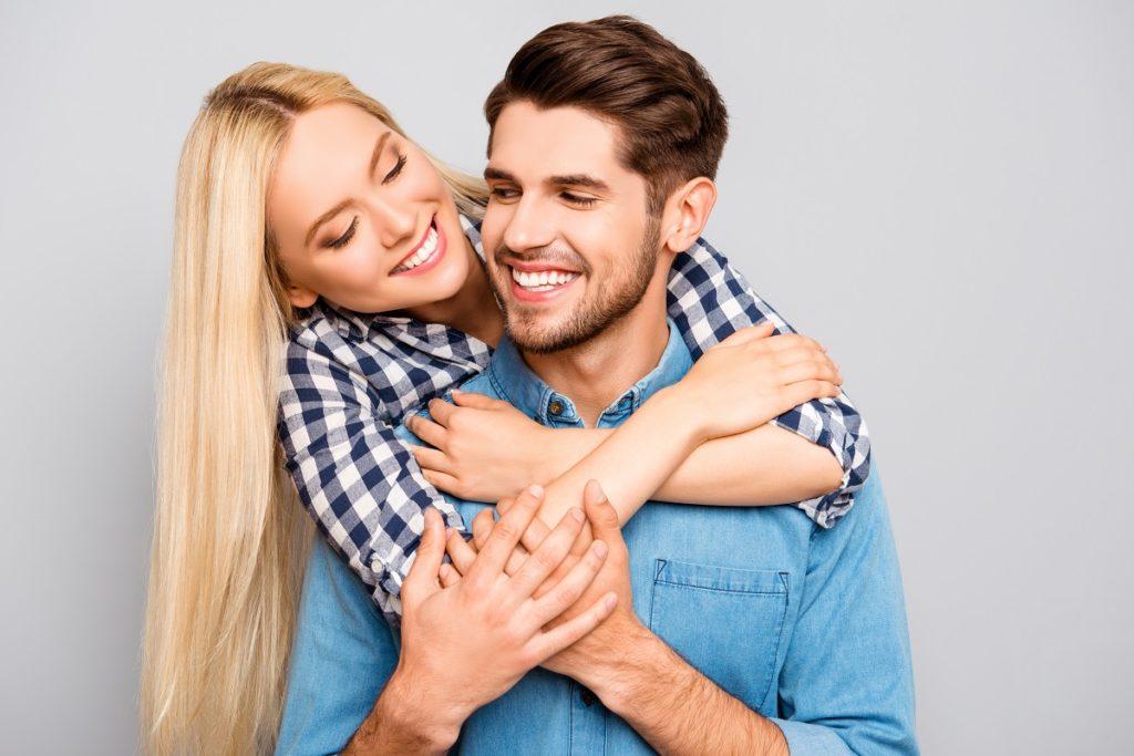 A terapia de casal é um tipo de psicoterapia na qual um terapeuta com experiência clínica trabalhando com casais, ajuda duas pessoas envolvidas em um relacionamento romântico a refletir sobre o relacionamento.