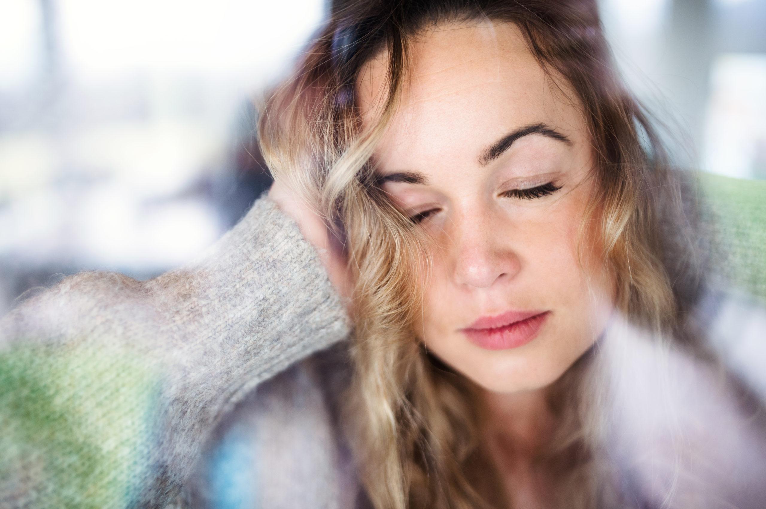 Mulher triste e desolada com crise no relacionamento